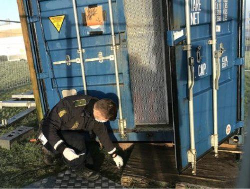 Container-efter-indbrud-betjent-undersøger-580x400